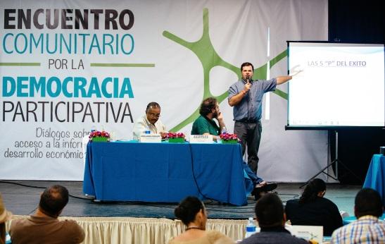 El Dr. Nelson I. Colón, presidente ejecutivo de Fundación Comunitaria; Javier De Pascuale, de la Cooperativa de Comercio y Justicia de Argentina; y Marcos Arzuaga, de la Fundación Logros de Uruguay.